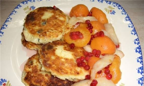 Cottage cheese pancakes with raisins and fruit sauce