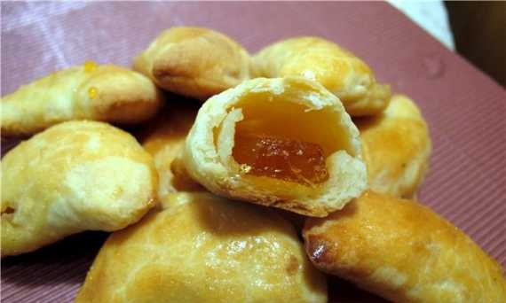 Cottage cheese pies with marmalade