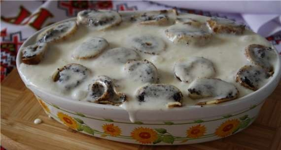 Pancakes with poppy seeds in sour cream filling
