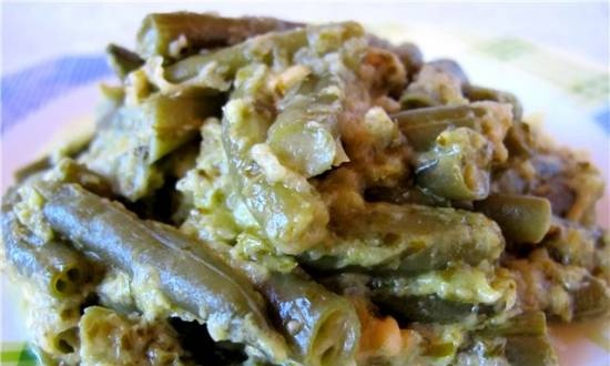 Green beans in onion-cheese sauce
