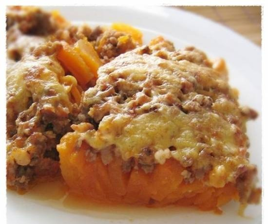 Pumpkin with minced meat and tomato sauce