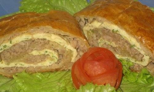 Roll with meat in puff pastry