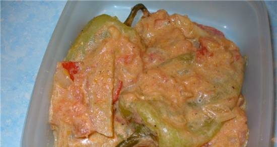 Peppers with tomatoes in sour cream sauce