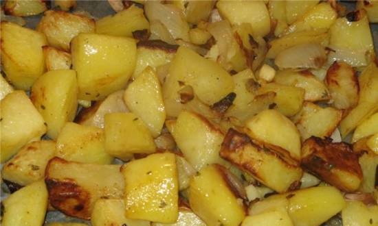 Potatoes with onions, roots and thyme in the oven