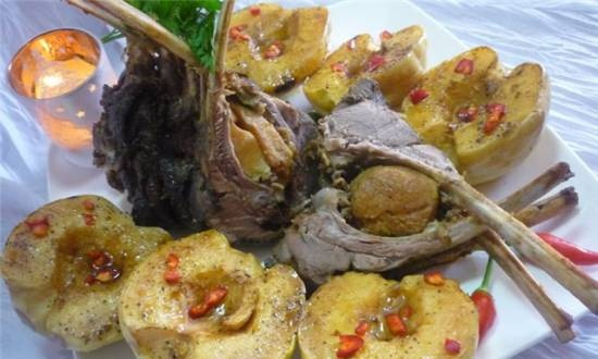 Lamb baked with quince