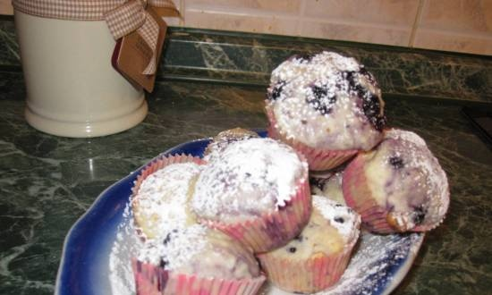 Curd muffins with black currant