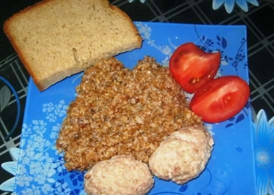Wheat porridge with steamed cutlets in a slow cooker