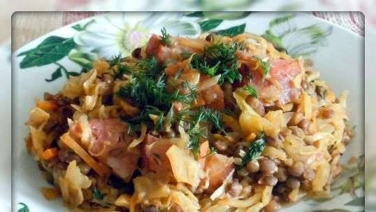 Stewed cabbage with lentils and sausage in a multicooker Scarlett SC 411