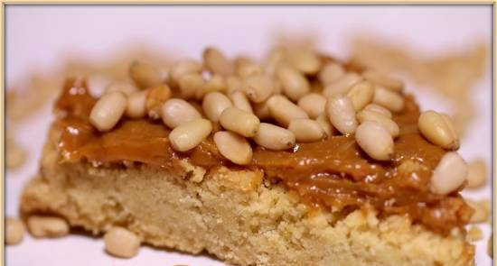 Shortbread with condensed milk and pine nuts