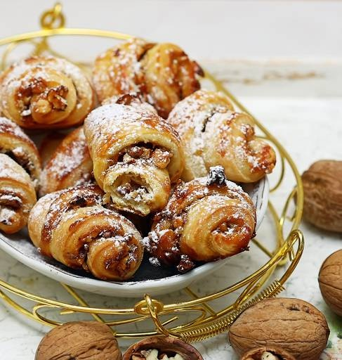 Bagels with jam and walnuts