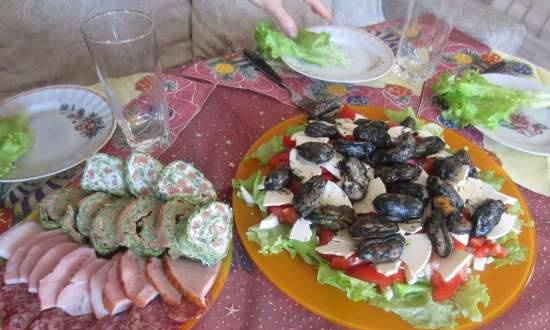 Smoked mussels, curd slice cheese and vegetables salad
