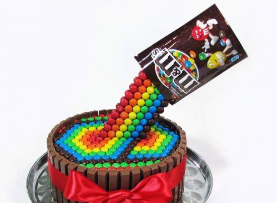Cake with M & M's and Kit Kat chocolate (decoration workshop)