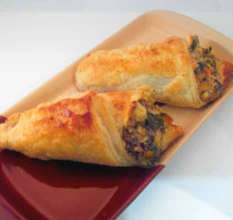 Puff pastry buns stuffed with chicken hearts and mussels with cheese