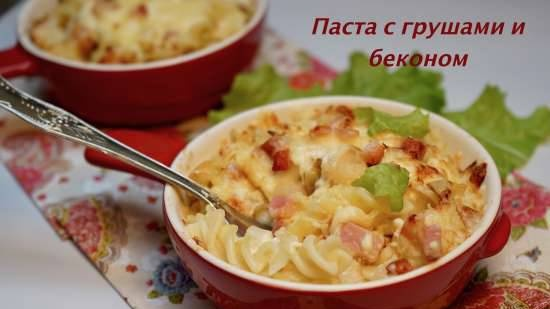 Baked pasta with bacon and pears