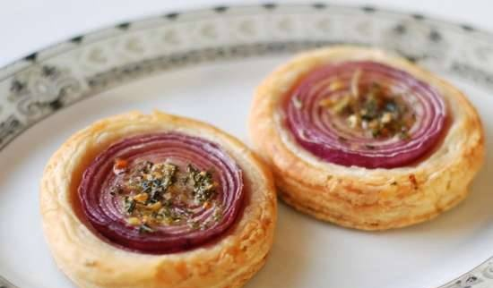 Onion buns on puff pastry
