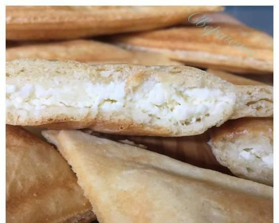 """Puff pastries with cottage cheese in a Redmond multi-baker (molding method """"on a cold appliance"""")"""