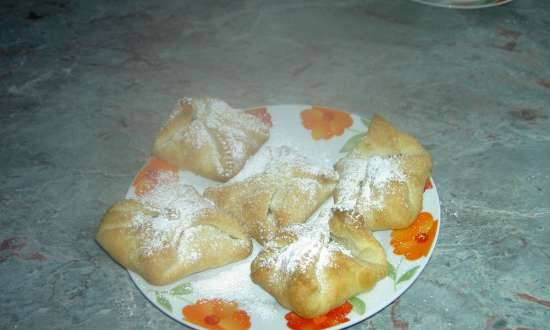 Puff envelopes with apple jam