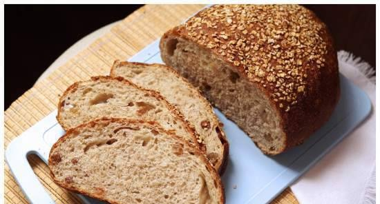 """Oat bread with cinnamon and raisins according to the recipe from the book """"Bread. Technology and recipes"""" by J. Hamelman"""