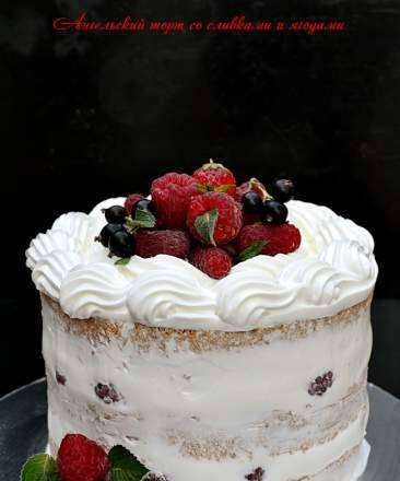 Angel cake with cream and berries