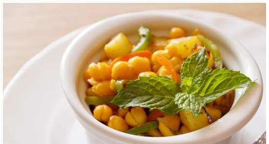 Chickpeas with zucchini and bell pepper
