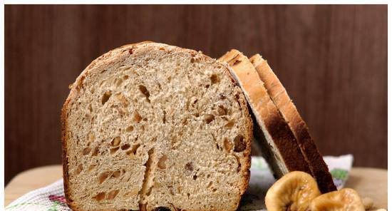 Wheat onion bread with figs, raisins and nuts