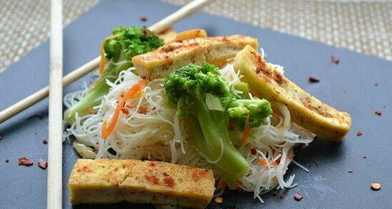 Lean rice noodles with broccoli and fried tofu