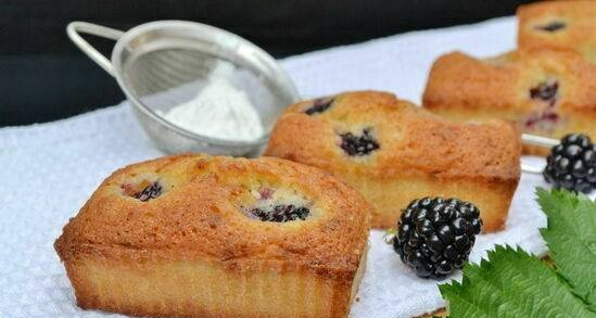 Friandy with blackberries and white chocolate