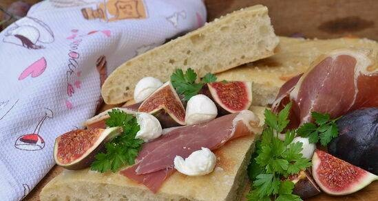 Focaccia with figs and jamon