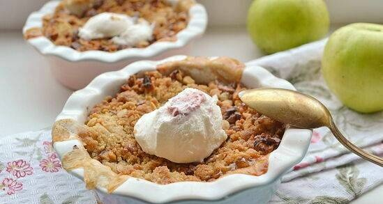 Apple crisp with nuts