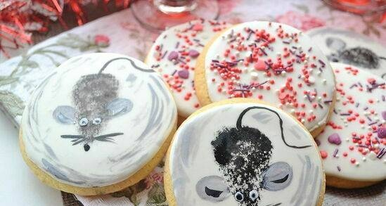 Sugar cookies with ammonia and royal icing