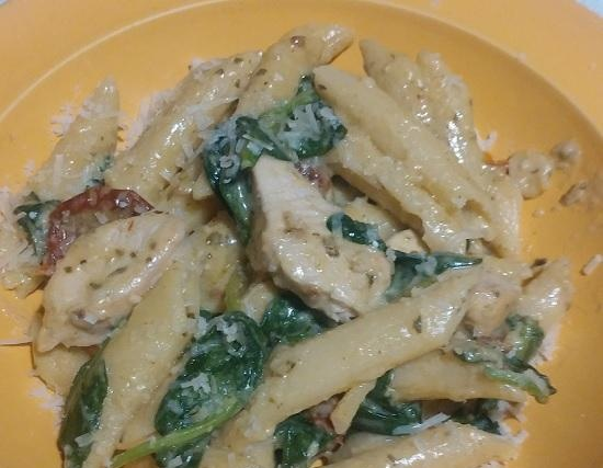 One Pot: Creamy Chicken Pasta with Pesto, Spinach, Sun-Dried Tomatoes