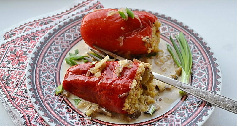 Lean pepper stuffed with couscous and mushrooms