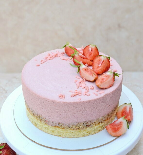 Strawberry mousse cake with a crunchy nut-chocolate layer