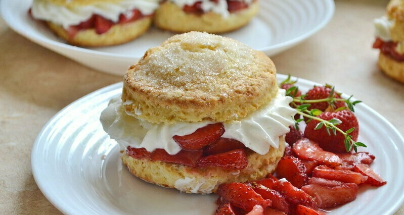 Shortbread cookies with strawberries and cream (+ video)