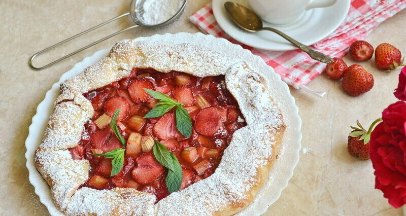 Biscuits with strawberries and rhubarb (+ video)