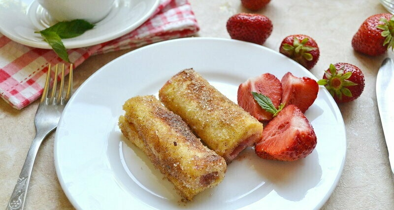 French toast with cream cheese and strawberries in a new way (+ video)