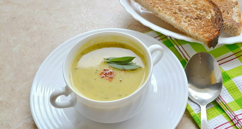 Lean squash soup with coconut milk and celery (+ video)