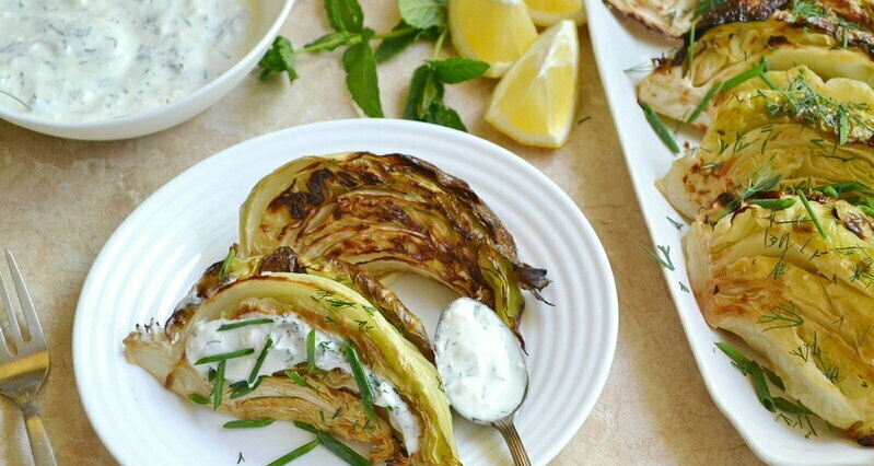 Baked young cabbage with yoghurt sauce (+ video)