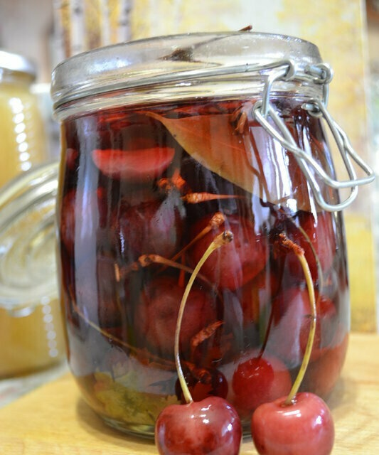 Cherries, sweet cherries and other pickled berries