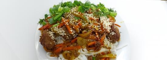 Asian-style rice noodles with vegetables and beef in a cast-iron cauldron (+ video)