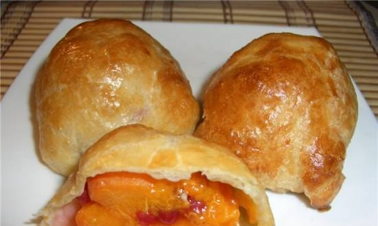 Puff pies with apricots and berries