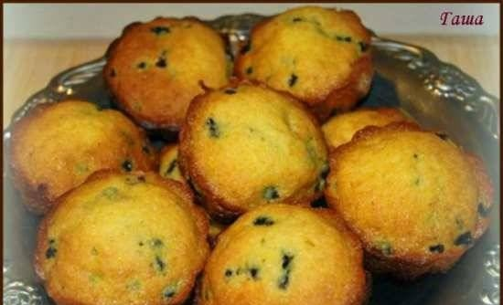 Muffins with chocolate and berries