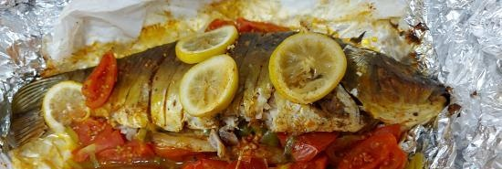 Mirror carp baked with vegetables and lemon in foil (+ video)